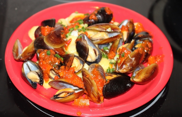 Pasta with Fresh Mussels and Spicy Tomato Sauce